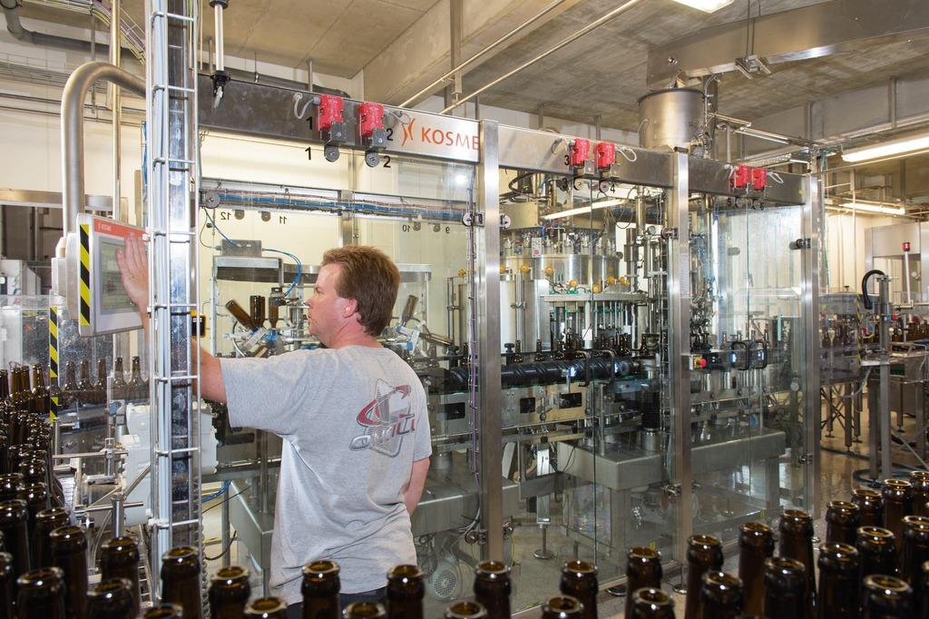 科时敏barifill啤酒灌装机配备克朗斯vkpv灌装阀,结构紧凑,非常适合图片